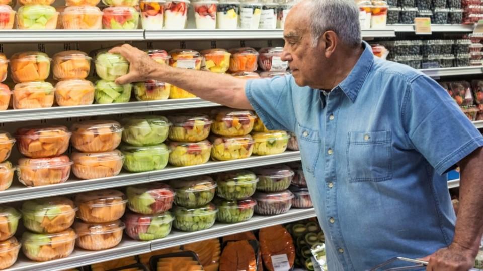umirovljenik u trgovini